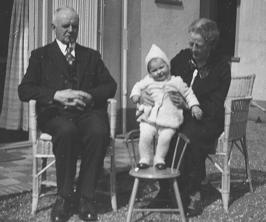 Evert en Anna Maria met eerste kleinkind (ikzelf, 1939)